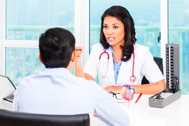 Ufficio del medico di consultazione paziente asiatico