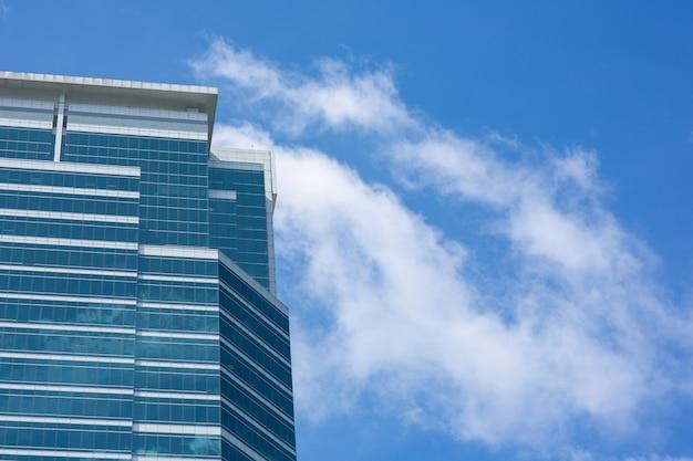 Ufficio della costruzione nel distretto aziendale con cielo blu
