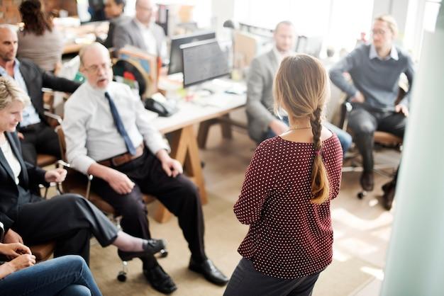 Ufficio di riunione di seminario che funziona concetto di direzione corporativa