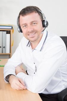 Ufficio maschio dell'agente in call center di servizio di assistenza al cliente