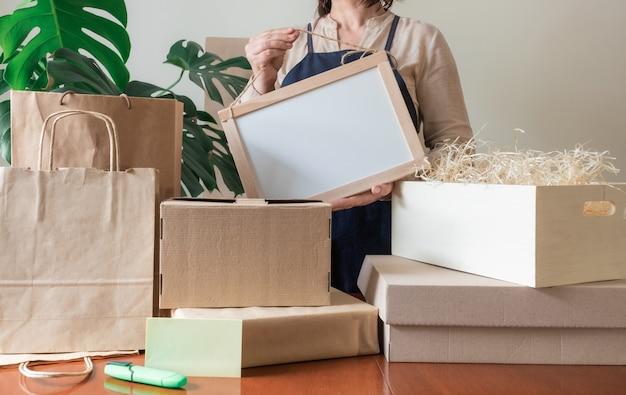Ufficio postale della mano dell'imballatore del grembiule della scatola del sacchetto dell'imballaggio del servizio di consegna del lavoratore
