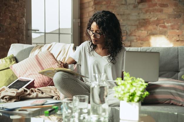 Ufficio remoto, lavoro a casa, concetto di libero professionista