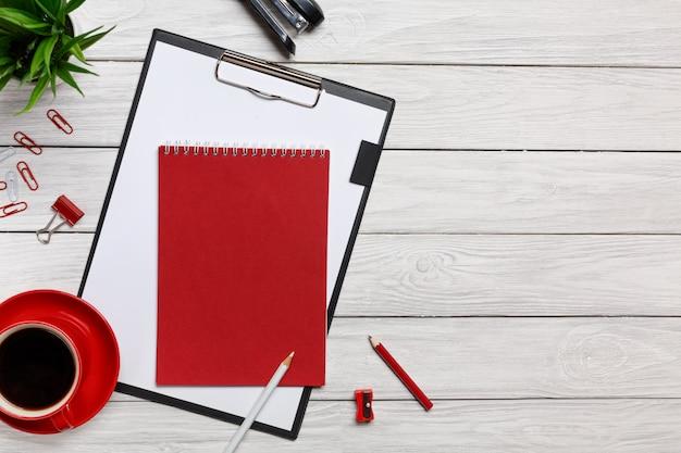 Ufficio rosso della graffetta dell'orologio del caffè di mattina della tazza del blocchetto della cartella rossa bianca delle cartelle del tavolo
