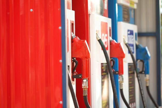 Ugelli della pompa di benzina nella stazione di servizio