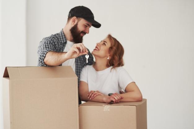 Umore allegro. coppia felice insieme nella loro nuova casa. concezione del movimento
