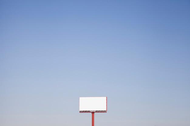 Un accaparramento bianco all'aperto contro il cielo blu