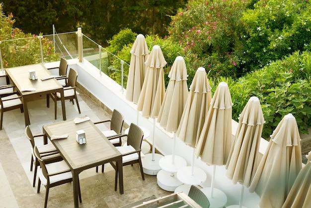 Un accogliente tavolo di vimini nel bar-caffetteria all'aperto sul tetto al mattino