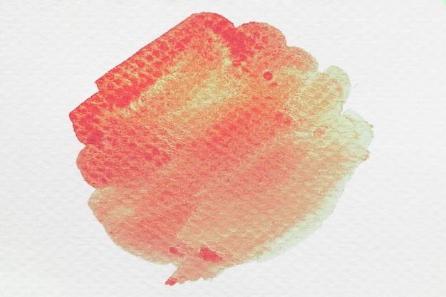 Un acquerello splash arancione isolato su sfondo bianco