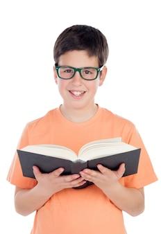 Un adolescente sorridente di tredici che legge un libro