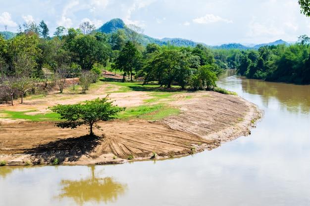 Un albero sulla vista del fiume con bellissime montagne