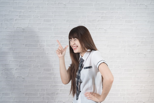 Un'allievo asiatico della ragazza a scuola uniforme del giappone sexy