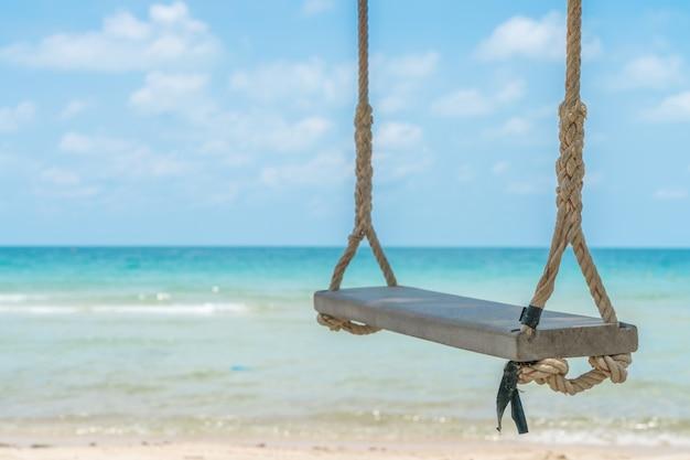 Un altalena sulla spiaggia