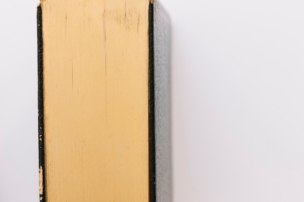 Un antico libro chiuso vintage isolato su sfondo bianco