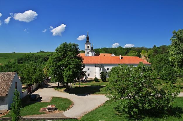 Un antico monastero ortodosso di krushedol, serbia, balcani