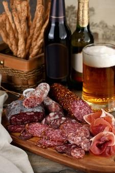 Un antipasto di carne è un'ottima idea per una birra.