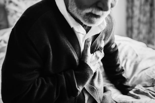 Un anziano indiano con problemi cardiaci