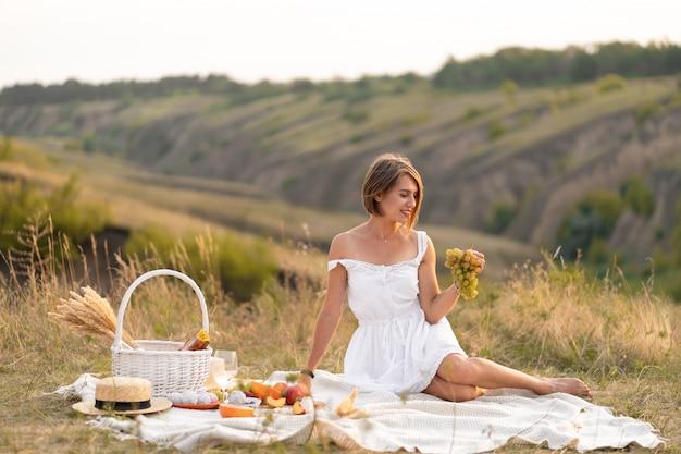 Un appuntamento romantico con una bellissima ragazza. un picnic serale in un luogo pittoresco e disabitato.
