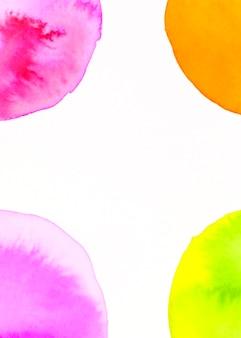 Un'arancia; verde; disegno ad acquerello arco rosa su sfondo bianco