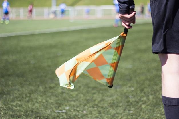 Un arbitro di calcio segue la partita sul campo di calcio
