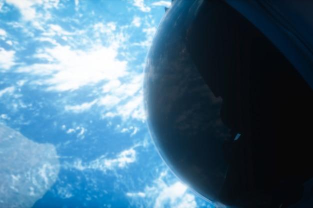 Un astronauta solitario esamina l'illustrazione del pianeta terra 3d