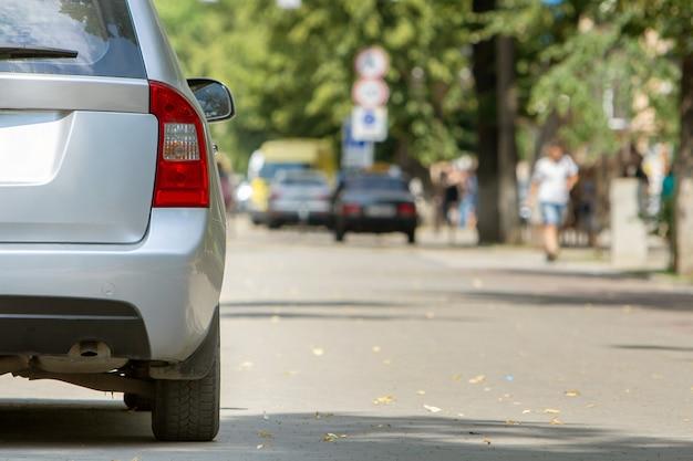 Un'auto parcheggiata vicino al marciapiede sul lato della strada in un parcheggio.
