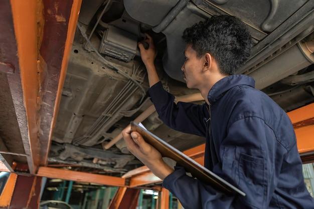 Un'automobile di servizio meccanico in garage è un elenco di autoveicoli.