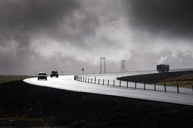 Un'automobile sulla strada nel giorno piovoso, islanda