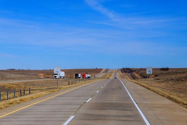 Un'autostrada interstatale con divisore di viaggiatori us highway