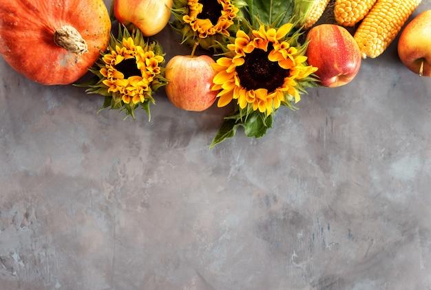 Un autunno rustico ancora vita con zucca, mele e pannocchie di mais