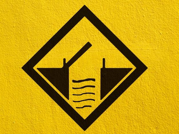 Un avvertimento del traffico di cervi neri dipinto su un muro di stucco all'esterno