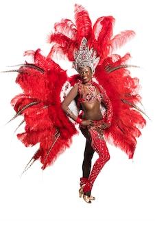 Un ballerino della samba della donna su fondo bianco