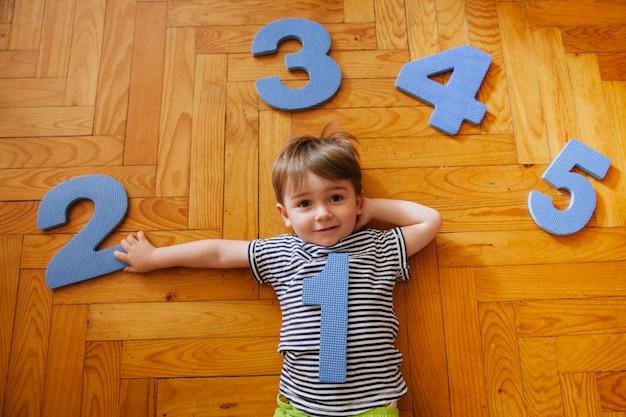 Un bambino di un anno sul pavimento della casa