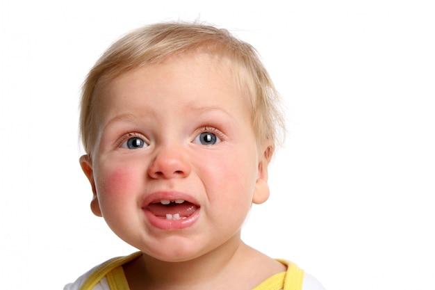 Un bambino divertente isolato su bianco