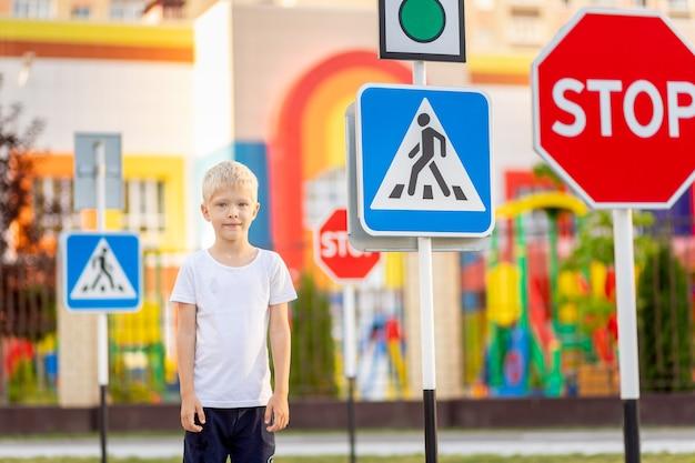 Un bambino impara ad attraversare la strada a un passaggio pedonale