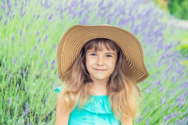 Un bambino in un campo di fioritura di lavanda. messa a fuoco selettiva