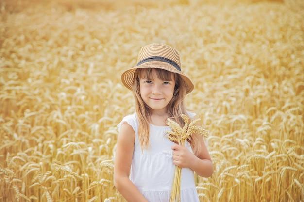 Un bambino in un campo di grano.