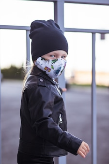 Un bambino in una maschera