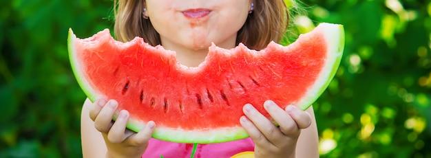 Un bambino mangia l'anguria. foto. cibo