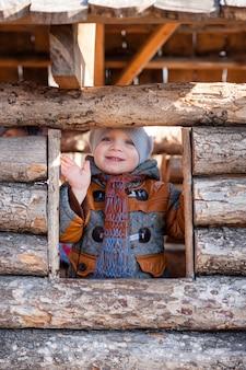 Un bambino nel parco giocava nella casa di legno