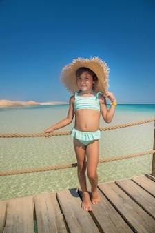 Un bambino sulla spiaggia vicino al mare.
