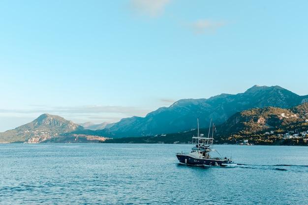 Un barcaiolo solitario andò a pescare.