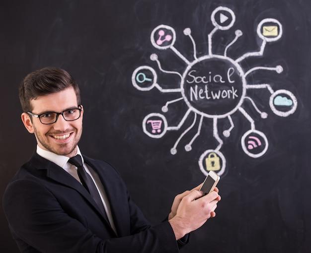 Un bell'uomo si trova contro un social network.