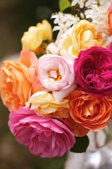 Un bellissimo bouquet di rose inglesi di david austin. fiori da giardino luminosi vintage per una vacanza