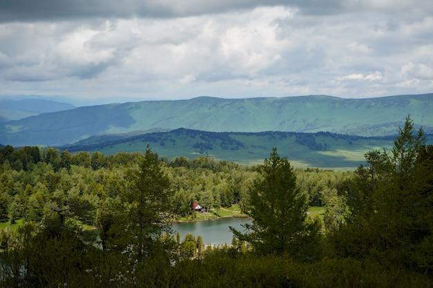 Un bellissimo lago di montagna con casetta sulla riva