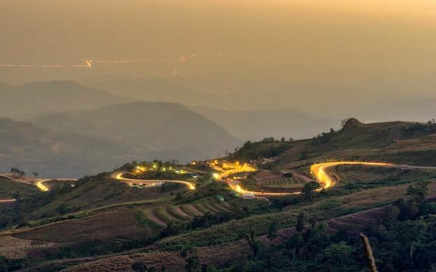 Un bellissimo panorama dalla cima della collina in serata.