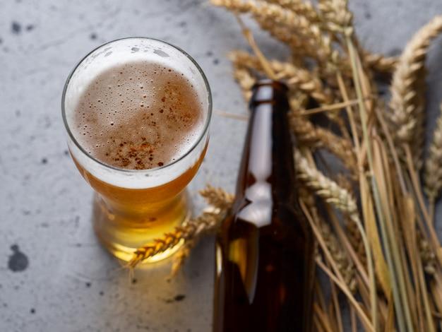 Un bicchiere di birra e una bottiglia di birra sulla vista del piano d'appoggio in pietra grigia