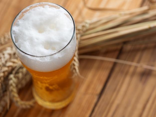 Un bicchiere di birra fredda sul tavolo di legno