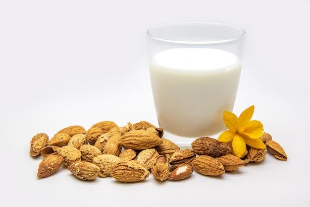 Un bicchiere di latte di mandorle isolato su bianco