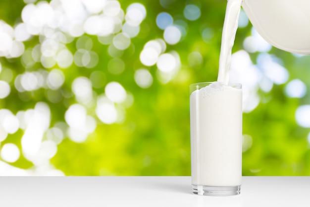 Un bicchiere di latte su un albero naturale