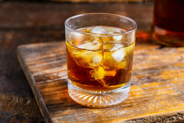 Un bicchiere di liquore su un tavolo di legno